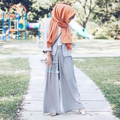 All grey with a pop of amber!✨ (Veila scarves 2.0 will be up tomorrow insyaAllah, so do follow @shearasol.kl to be in the know!)
