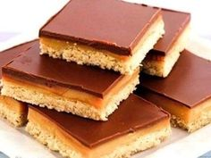 Raw Caramel Slice Snacks - Fitgirlcode - Community for fit and healthy women. Keto Recipes, Dessert Recipes, Cooking Recipes, Raw Caramel Slice, A Food, Food And Drink, Pistachio Cookies, Caramel Cookies, Pastry Shop