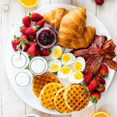 This easy breakfast board with bacon, eggs and fresh fruit is the perfect fuss-free, versatile breakfast or weekend brunch for serving a crowd and great for the holidays. breakfast and brunch Easy breakfast board Brunch Recipes, Breakfast Recipes, Breakfast Quotes, Brunch Foods, Picnic Foods, Dinner Recipes, Breakfast Platter, Pancake Breakfast, Breakfast Fruit