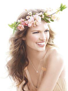 Joskus kesäinen kukkaseppele riittää kampaukseksi.   Sometimes a beautiful flower crown is enough for a summer hairdo.