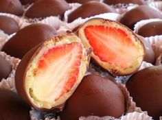 A Páscoa está se aproximando! Que tal fazer bombons de chocolate ao leite recheados com morangos e chocolate branco? Veja a receita! #easter #pascoa #chocolate #bombom