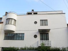 André Lurçat (1894-1970), Villa Bomsel, Versailles  Cette villa répond aux règles de la nouvelles architecture; murs lisses, vitrages en longueur de caractère industriel, toit terrasse. (Versailles, ces maisons d'exception du XXe)