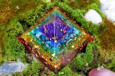 Der neue Pranakristall der alle sieben Chakrafarben in sich vereint. Die jeweiligen Farbebenen tragen durch die passenden Edelsteine  die Schwingung der einzelnen Chakren. Somit straht dieser Kristall das gesamte Farbspektrum in den Raum und taucht ihn in eine Atmosphäre der Erfüllung und Glückseligkeit.