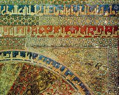 """Aquí un detalle de la decoración del marco del mirhab de la Mezquita de Córdoba. La misma está compuesta por """"una serie de adornos consistentes en mosaico policromo con textos en árabe en escritura kufi, arabescos y filigranas."""""""