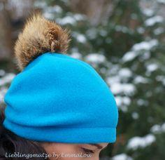 Handgefertigte türkise Kappe aus 100 % Schurwolle mit Echt-Fuchspelz-Bommel