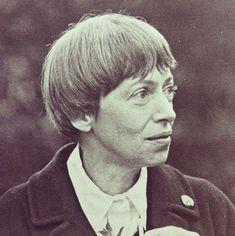 Ursula Kroeber Le Guin es una escritora estadounidense. Ha publicado obras dentro de numerosos géneros, principalmente ciencia ficción y fantasía, aunque también ha escrito poesía, libros infantiles y otros.