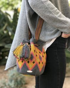 Diy Crochet Bag, Crochet Bag Tutorials, Tapestry Crochet Patterns, Crochet Stitches, Tapestry Bag, Crochet Flowers, Purses And Bags, Hand Weaving, Knitting
