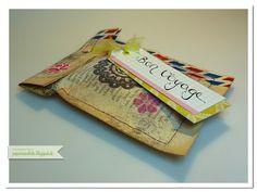 papierrascheln.blogspot.de 》Vintage Umschlag (Envelope) trifft Scrapbooking. 2 Seiten eines alten Buches, wurden mit zwei Farben noch etwas used gestaltet, darauf kleine Blüten vom Set 'Frühlingsgefühle' von Stampin' Up! und Washi Tape. Die Buchseiten sind innen mit Gefriertüten verstärkt damit sie nicht einreißen. Verziert wurde der Umschlag mit rosa Briefkopfklammern und einem Schild auf dem kalligrafiert 'Bon Voyage' steht.