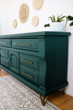 Relooking de commode bricolage - Furniture Makeover Ideas on a Budget furniture diy budget Refurbished Furniture, Repurposed Furniture, Home Furniture, Furniture Ideas, Dresser Furniture, Teal Painted Furniture, Diy Green Furniture, Painted Dressers, Diy Dressers