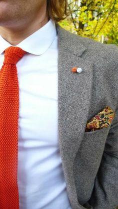 Style en gris et orange. La chemise col polo s'accorde parfaitement avec l'ensemble. Si l'orange vous sied au teint inspirez vous sans modération pour un style élégant et original #elegancebar