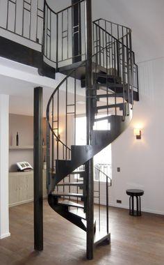 Un loft lumineux conçu par les architectes Raphaël le Berre et Thomas Vevaud : escalier métallique et garde-corps de mezzanine conçus, fabriqués et installés par Escaliers Décors® (www.ed-ei.fr).