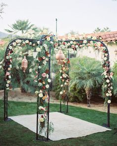 {via @kristajon Instagram} tv marcar: @archiverentals (JA FOI REFERENCIA INICIO DE NOV.) - Arco para a cerimonia de casamento    Moroccan vibes🍷