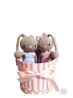 Aprende tejer este adorable conejito amigurumi con pantaloncito de peto. Tutorial paso a paso y patron incluido ¡Entra y hazlo tu misma!