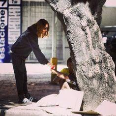 Ontem, enquanto o Jared Leto da Banda Thirty Seconds to Mars caminhava pelas ruas do Rio de Janeiro, ele conversou e ofereceu comida a um grupo de moradores de rua.  Queria ter visto essa cena pessoalmente. http://echelonbrazil.com.br/mars/marsinrio-jared-ajuda-morador-de-rua-no-rj/