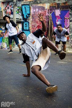 RIOetc | De mãos no chão e pernas pro ar | Slum Breakers break dance e dança de rua em Duque de Caxias, sem deixar o boné cair!