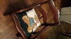 Mini almohadón oso bordado en punto cruz por E.C.