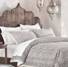 Une lampe marocaine apporte une touche orientale à la pièce marokkanische lampe schlafzimme. Une lampe marocaine apporte une touche orientale à la pièce marokkanische lampe schlafzimmer beleuchtung ideen stilvolle hängelampen, Indian Home Decor, Diy Home Decor, Indian Diy, Indian Decoration, Indian Inspired Bedroom, Indian Style Bedrooms, Design Marocain, Dark Wood Bed, Morrocan Decor
