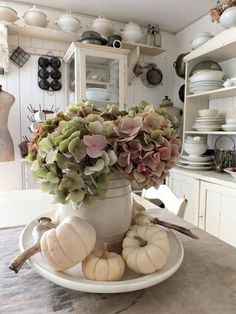 Shabby, vintage, farmhouse kitchen with sweet fall decor. Love the hydrangea with the white pumpkins. Shabby, vintage, farmhouse kitchen with sweet fall decor. Love the hydrangea with the white pumpkins. Cocina Shabby Chic, Shabby Chic Kitchen, Farmhouse Kitchen Decor, Shabby Chic Homes, Vintage Kitchen, Shabby Vintage, Vintage Decor, Vintage Farmhouse, Country Farmhouse