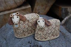 Beránek z keramiky K dispozici je pouze beránek - velikonoční dekorace. Výška9cm, délka 10 cm. Vyrobeno ze šamotové hlíny. Ručně modelováno.