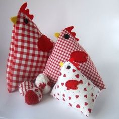 Since moving to the country we have seen our fair share of chickens- but these fabric chickens are more my style! With Easter and Spring just around the corner I have some time to try a few of these o Bee Crafts, Easter Crafts, Easter Decor, Sewing Toys, Sewing Crafts, Free Sewing, Chickens And Roosters, Easter Chickens, Craft Projects