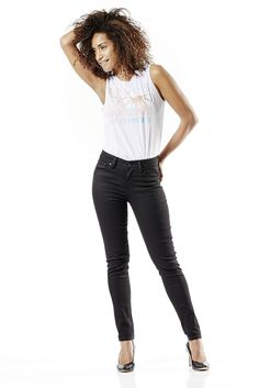 Die Levis® 721 ist eine Skinny-Jeans im klassischen 5-Pocket-Style. Sie wird leicht über der Hüfte getragen. Durch ihre sehr schmale Linie wird die Beinkontur betont und optisch vorteilhaft gestreckt. Für einen perfekten Tragekomfort gibt es die 721 High Rise Skinny in unterschiedlich elastischen Materialien. Bei diesem Modell sorgen 93% Baumwolle, 5% Polyester, 2% Elastan für eine 100% feminin...