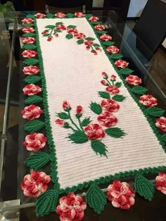 The crochet table runner has been part of the decoration of Brazilian houses for several decades, as well as the crochet rug and the crochet bag pull, Crochet Home Decor, Crochet Art, Thread Crochet, Love Crochet, Crochet Motif, Beautiful Crochet, Crochet Designs, Crochet Doilies, Crochet Flowers
