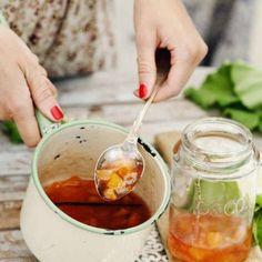Ljuvlig plommon-marmelad med vitt vin och vanilj My Jam, Moscow Mule Mugs, I Love Food, Vanilj, Breakfast, Tableware, Desserts, Sweet Stuff, Glass
