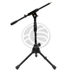 Soporte de pie para micrófono. Soporte tipo jirafa con brazo superior extensible y orientable, y con base tipo trípode para máxima extabilidad.