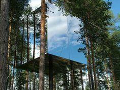 The Mirrorcube tree hotel, boomhut van spiegels, Lulea, Zweden / tree house with mirrored glass. Serves as a hotel.