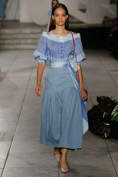 Carolina Herrera Ready To Wear Spring Summer 2018 New York Vogue Fashion, Fashion 2018, Live Fashion, Runway Fashion, Womens Fashion, Fashion Trends, Carolina Herrera, Elisa Cavaletti, Love Couture