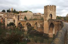 Los pueblos medievales más bonitos de España: Besalú (Gerona): magia medieval en cada rincón.