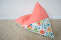 Do you have fabric, a zipper and a sewing machine? Hayley from Grey House Harbor is showing us how to sew a kids bean bag chair in only 30 minutes! Diy Kids Furniture, Simple Furniture, Furniture Chairs, Patio Chair Cushions, Diy Chair, Bean Bag Lounger, Bean Bag Chair, Bean Bag Pattern, Chaise Diy