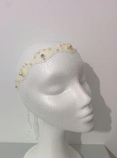 Modelo Istar con perlas y brillantes del revés  también nos encanta #lamoradadenoa #perlas #pedrería #coser #brillantes #encaje #blanco #marfil #cintadepelo #novia #boda #bridal #complementos