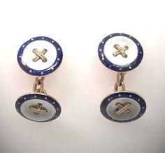 """Aufwendig gearbeitete #Clufflinks #Manschettenknöpfe in 18 Kt Gold mit einem Mittelpunkt aus Perlmutt, einem Knopf, die Knopflöcher mit gedrehtem Golddraht als """"""""Faden"""""""" überkreuz ausgefüllt und einem Raund aus transluzidem blauen Schmuckemail eingefasst auf guillochiertem Grund mit eingelagerten Feingoldsternchen. In doppelter Ausführung mit einer massiven Goldkette verbunden. http://schmuck-boerse.com/maenner/32/detail.htm http://schmuck-boerse.com/index-gold-herrenschmuck-2.htm"""
