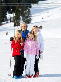 Prinses Amalia met haar Oma en haar zusjes