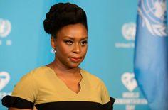 Ensi keväänä Suomessa itsenäisyyden satavuotisjuhlavuonna kaikille ysiluokkalaisille jaetaan nigerialaisen kirjailijan Chimamanda Ngozi Adichien teos Meidän kaikkien pitäisi olla feministejä.- Adichie