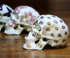 #christmas Sale :: Free Shipping for all #skull by french Artist @artist.noon with code NOON // Go to www.artandtoys.com :: Shipping for Christmas ok ! #art #porcelain #limoges#edition #limited #skull #artist #noonartist