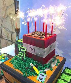 8.- El pastel o postre,aquí depende si quieres dar recuerditos dulces, hacer la espada de Minecraft conformada por cupcakes, un pastel (simple y perfecto) de forma cuadrada, o brownies!!