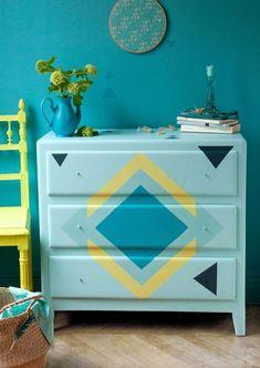 La bonne idée pour relooker un vieux meuble : le repeindre avec des couleurs joyeuses pour lui donner une seconde vie !