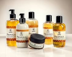 The propolis contained in cosmetics is a well-known rescue for seborrhea-prone skin. The propolis series is a wide range of skin care and cleansing products with acne problems, whose scent and colour come from natural propolis. Honey And Co, Honey Love, Buy Honey, Honey Cosmetics, In Cosmetics, Honey Mead, Honey Benefits, Creamed Honey