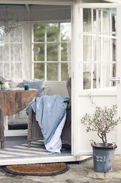 Sunroom. Altijd mooi die blauwe en bruine tinten.  ~Rustic Living~GJ*