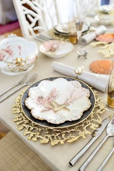 What Gold and Silver Dining Table Is - and What it Is Not Was Gold und Silber Esstisch ist -