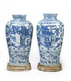 """Paire de vases monumentaux couverts dits """"Soldats"""" en porcelaine bleu blanc…"""