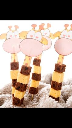 Giraffe cake on a skewer Birthday Treats, Party Treats, Boy Birthday, Birthday Parties, Giraffe Cakes, School Treats, Food Humor, Cute Food, Baby Food Recipes