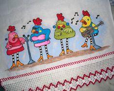 Pano de Copa Galinhas Cantoras  Essas galinhas irão colorir sua cozinha!  Pano estilotex, pintado a mão.Barrado em croche