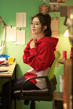 Irene //// I LOVE HER IN GLASSES AJDBAJAN LOOK AT HER