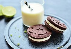 Fremragende og hjemmebagte chokoladekiks med kakao og kanel med fyld af vaniljecreme med et strejf af lime. Smager bedre end Oreos. Se opskriften her.