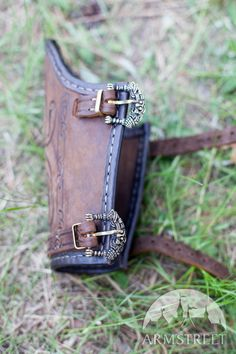 Lightweight functional leather bracers with embossed patterns decorated with leather borders and brass buckles. Handmade functional armor and a great part of your ancient costume. Available in: brown leather, black leather, milk white leather Leather Quiver, Leather Bracers, Leather Tooling, Tooled Leather, Handmade Leather Wallet, Leather Gifts, Leather Craft, Arte Viking, Arm Guard