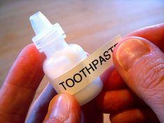 Utiliza para la pasta de dientes un bote como los de gotas para los ojos