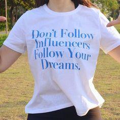"""Eu tenho as amigas mais incríveis que me dão presentes """"sob medida"""" pra mim! Apaixonada pela minha camiseta @pausaparaprosa! E que a semana seja assim seguindo nossos sonhos... Bom finzinho de fim de semana!"""